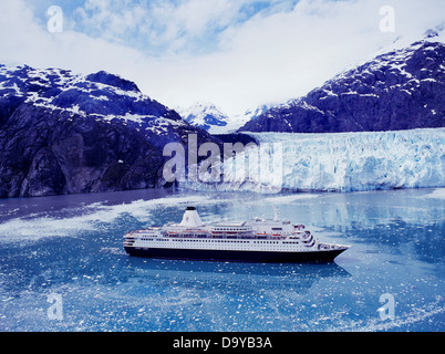 The Westerdam of Holland America Lines in front of Margerie Glacier, Tarr Inlet, Glacier Bay National Park, Alaska. - Stock Image