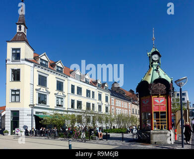 Tourists and visitors enjoying the sunshine on Gabels Torv in the centre of Aalborg Jutland Denmark Europe with the olk kiosk right now a tours outlet - Stock Image