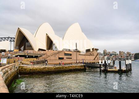 Sydney Opera House, seen from the coastal path of Sydney Royal Botanic Garden, Sydney, New South Wales, Australia. - Stock Image