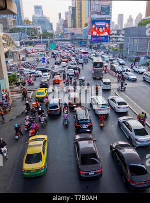 Rush hour traffic, at intersection of Phetchaburi Road and Asok Road, Sukhumvit, Bangkok, Thailand - Stock Image