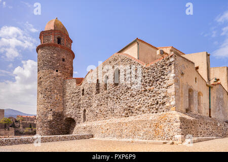 An old lighthouse recycled as a church,  Eglise Notre Dame des Anges, Collioure, Languedoc-Roussillon, Pyrenees-Orientales, France. - Stock Image