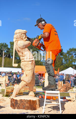 Pete Bowsher finishing his wooden 'Golfer' at the Scottish Chainsaw Carving competition, held on Saturday 2nd September at Cartridge, Inverness-shire. - Stock Image