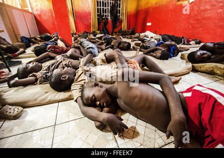 Homeless children sleep in a shelter in Freetown, Sierra Leone. - Stock Image