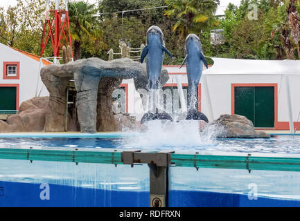 Visitors watching sea lion in Lisbon Zoo, Portugal - Stock Image