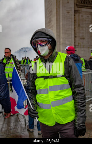 Paris, France. 1st December, 2018.  Protester during the Yellow Vests protest against Macron politic. Credit: Guillaume Louyot/Alamy Live News - Stock Image