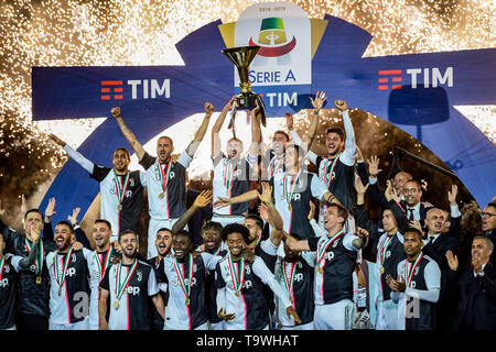 Final Joy Group with Trophy (Juventus)   during the Italian 'Serie A' match between Juventus 1-1 Atalanta at Allianz  Stadium on May 19 , 2019 in Torino, Italy. (Photo by Maurizio Borsari/AFLO) - Stock Image