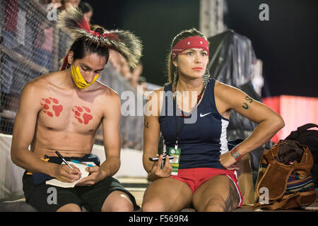 Palmas, Brazil. 27th Oct, 2015. Native American contestants from the USA rest between events during the International - Stock Image