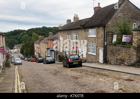 Bargate, Richmond, North Yorkshire. An old cobbled road leading from Newbiggin on the edge of Rishmond town centre down to Richmond bridge which spans - Stock Image