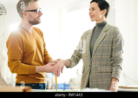 Client talking to tailor - Stock Image
