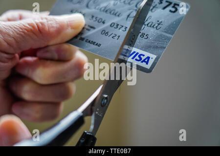 cutting up a visa credit card - Stock Image