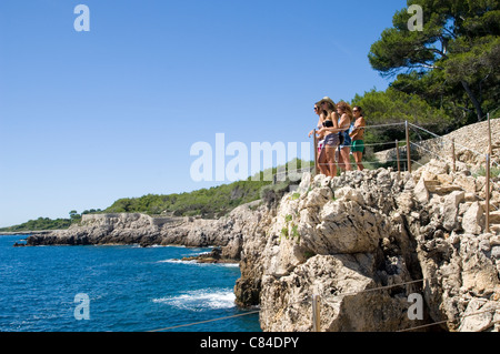 Cap d'Antibes, sea view path around Cap with young tourists - Stock Image