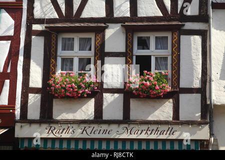 Fenster, Marktplatz mit Fachwerkhaus in der Altstadt von Bernkastel, Bernkastel-Kues, Rheinland-Pfalz, Deutschland - Stock Image