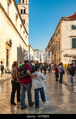 Tourists wander the old city in Dubrovnik - Stock Image