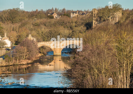 County Bridge and the castle ruins, Barnard Castle, Teesdale, County Durham, UK in January Sunshine - Stock Image