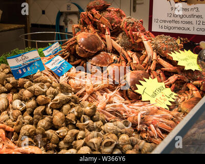 fresh crabs scampi and snails on the fish market (Saint-Malo, France) - Stock Image