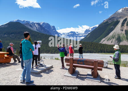 JASPER, CANADA - JUL 11, 2018: Tourists viewing the Stutfield Glacier on the Icefields Parkway in the Canadian Rockies. The glacier flows southeast fr - Stock Image