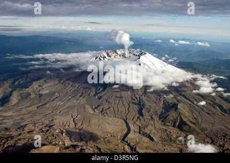 Aerial view from the south of Mount St. Helens volcanic dome with Mount Hood and Mount Jefferson on the horizon - Stock Image