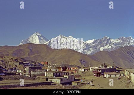 Ranipauwa village near Muktinath on Annapurna circuit Nepal Himalayas with Dhampus Peak and Dhaulagiri Himal in - Stock Image