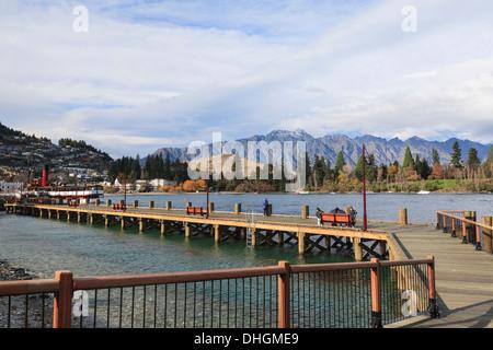 Waterfront boardwalk on bay in Lake Wakatipu, Queenstown, Otago, South Island, New Zealand. - Stock Image