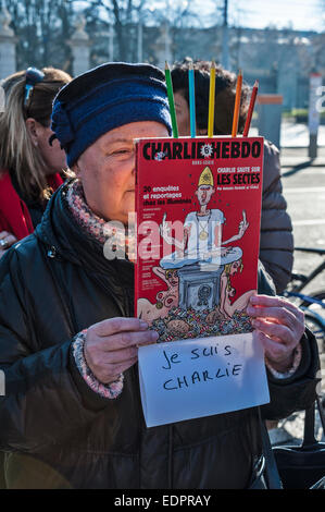 Geneva, Switzerland. 8th January 2015. A woman holds up a home-made sign, made from pencils and a copy of a Charlie - Stock Image
