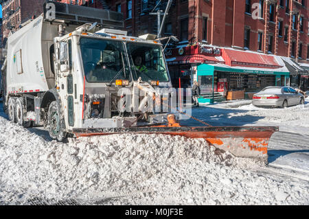 New York, NY - 3 January 2014 - A blistering winter blizzard covered large swaths of the Northeast U.S. in snow - Stock Image