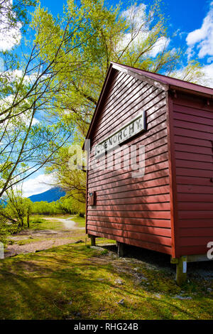 Red boathouse on the shore of Lake Wakatipu, Glenorchy, South Island, New Zealand - Stock Image