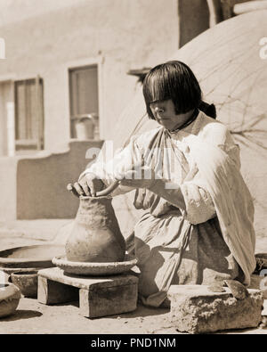 1930s NATIVE AMERICAN INDIAN WOMAN ARTIST MAKING POTTERY SAN ILDEFONSO PUEBLO NEW MEXICO USA - i1568 HAR001 HARS B&W NORTH AMERICA CLAY PRIDE CERAMIC OCCUPATIONS STYLISH COIL NATIVE AMERICAN PUEBLO SAN ILDEFONSO CREATIVITY MID-ADULT NEW MEXICO BLACK AND WHITE HANDMADE HAR001 INDIGENOUS NM OLD FASHIONED POTTER - Stock Image