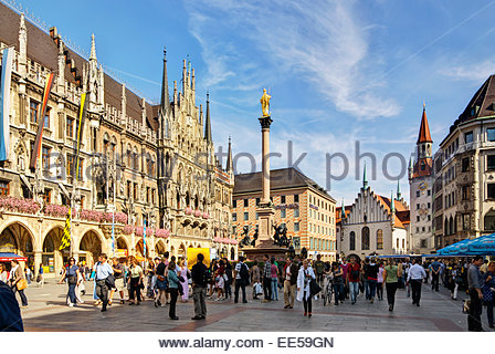 Tourists and others walk, shop, eat and drink on the Marienplatz, the central town square in München / Munich, - Stock Image