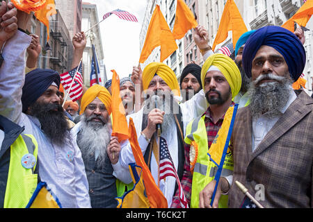 A Sikh priests conducts prayers & makes a speech prior to the Sikh Day Parade in Mnhattn, New York City. - Stock Image