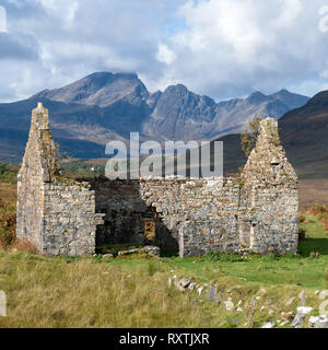 Ruined old manse house with Blaven in the Black Cuillin mountains in the distance, Kilchrist, Isle of Skye, Scotland, UK - Stock Image