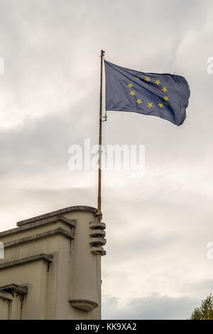 EU flag, Art Deco streamline moderne Alfred Nakache swimming pool by Robert Armandary and Jean Montariol, 1931, - Stock Image