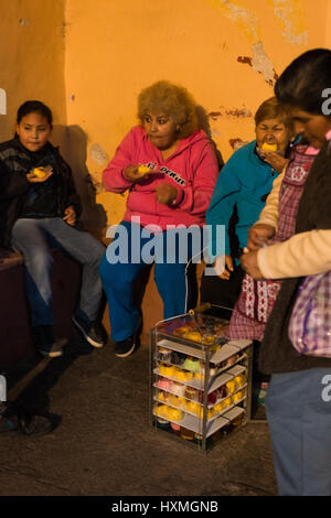 informal commerce, food seller. Mexico City, December 2016. - Stock Image