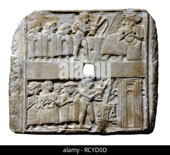 1365. STONE PLAQUE FROM UR DATING FROM THE 25TH. C. B.C. UPPER ROW: PRIESTS POURING OFFERING IN FRONT OF A SEATED GOD LOWER ROW: WORSHIPERS CARRYING O - Stock Image