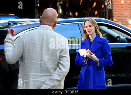 Kate McCann (SKY News reporter) talking to John Pienaar (BBC News) in from Downing Street, May 2019 - Stock Image