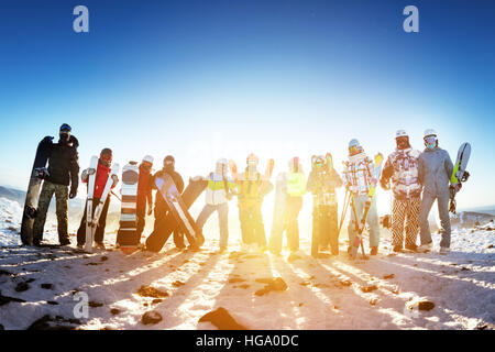 Group friends ski skiers snowboarders winter sports - Stock Image