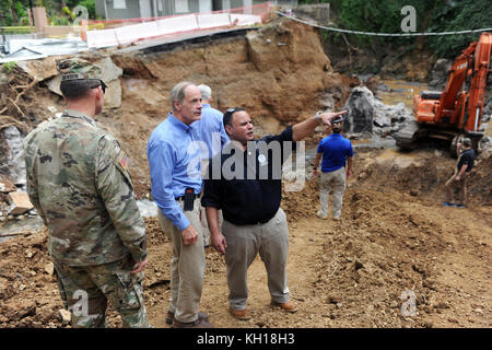 U.S. Delaware Senator Tom Carper (middle) meets with FEMA administrators and U.S. soldiers while rebuilding a damaged - Stock Image