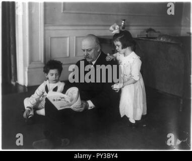 Cabinet children- Secretary of War Weeks (seated on floor) with his grandchildren, John and Martha Davidge, children of Mr. and Mrs. John W. Davidge - Stock Image