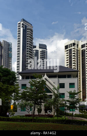 The traditional architecture of the Thai embassy in Orchard Road, Singapore, overlooked by modern tower blocks of apartments and hotels - Stock Image