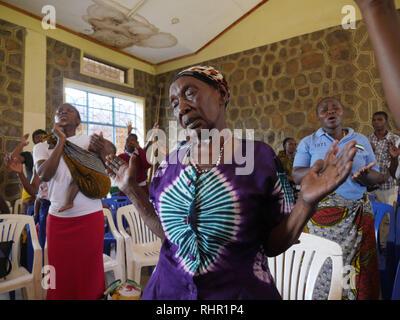 TANZANIA  -  Sean Sprague photo 2018  Charismatic mass on Transfiguration Catholic Church premises, Mabatini, Mwanza. - Stock Image