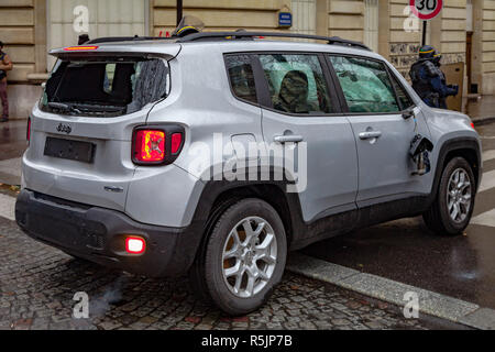 Paris, France. 1st December, 2018.  Car with shattered glass during the Yellow Vests protest against Macron politic. Credit: Guillaume Louyot/Alamy Live News - Stock Image