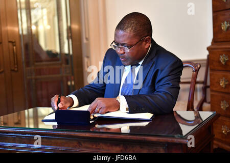 Mozambique President Filipe Jacinto Nyusi signs U.S. Secretary of State Rex Tillerson's guestbook before their - Stock Image