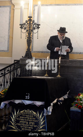 Prague, Czech Republic. 13th May, 2019. The chairman of the Prague Jewish Community and long-standing director of the Terezin (Theresienstadt) Memorial, Jan Munk, died at the age of 72 after a long disease. Chief Rabbi of the city of Prague and of the Czech Republic Karol Efraim Sidon (pictured) attends the funeral of Jan Munk at the New Jewish Cemetery in Prague, Czech Republic, May 13, 2019. Credit: Katerina Sulova/CTK Photo/Alamy Live News - Stock Image
