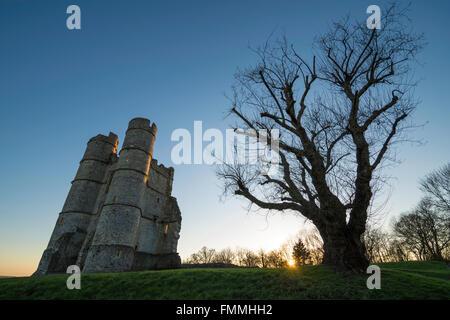 Sun setting at Donnington Castle - Stock Image