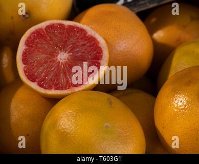Pomelo rosado expuesto para la venta en una verdulería - Stock Image