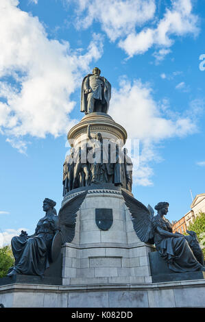 The O'Connell statue in the centre of Dublin set against a blue sky - Stock Image