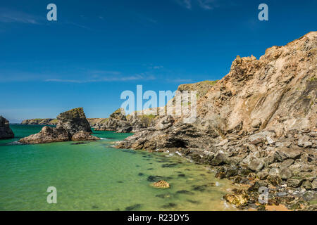 The rocky coastline at the Bedruthan Steps in Cornwall, England - Stock Image