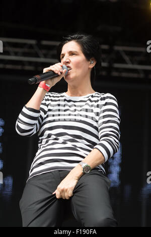 Portsmouth, UK. 29th August 2015. Victorious Festival - Saturday. Sharleen Spiteri of Texas grabs her crotch during - Stock Image