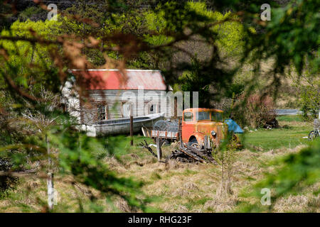 Vintage car next to farmhouse in South Island, New Zealand - Stock Image
