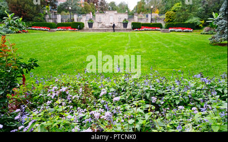 Toronto Alexander Muir Memorial Gardens with landscaped flowerbeds, a popular wedding destination in Toronto. Unrecognizable wedding guests in backgro - Stock Image