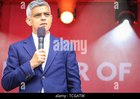 Westminster, London, UK, 08th June 2019. Mayor of London Sadiq Khan speaks at the festival.Thousands of Londoners and visitors come together on Trafalgar Square to celebrate the end of Ramadan and Eid Festival, as well as London's rich cultural diversity. The festival is hosted by Mayor of London Sadiq Khan. - Stock Image